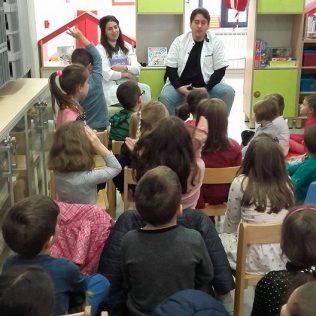 Stomatolozi u kninskoj knjižnici čitali djeci pričegall-2