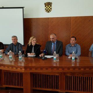 Na sastanku poljoprivrednika i europarlamentarke Petir u Kninu izneseno puno problema, ali i prijedloga za njihovo rješavanjegall-0