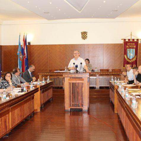 """Sjednica Gradskog vijeća započela – predstavljanjem knjige """"2025 godina grada Knina""""gall-1"""