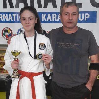 Milana Vukmirović iz Tigra zlatna juniorka na Karate kupu u Splitu; Bronca najmlađima – Ivanu Krvavici i Ivanu Ljubičićugall-0