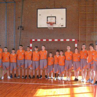 Foto vijest: DIV d.o.o. darovao trenerke i dresove Košarkaškom klubu Kningall-2