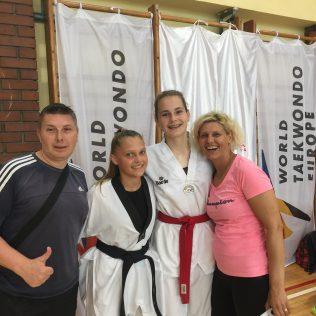 Vlasnice novih crnih pojaseva u TK DIV Knin Petra Batić i Stella Pinjuhgall-1