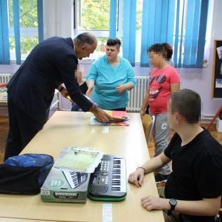 Uručeni udžbenici kninskim osnovnoškolcima s poteškoćama u razvojugall-9