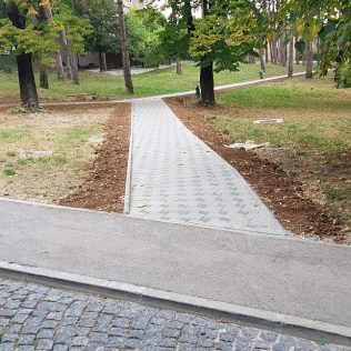 """Uređuje se park kod """"Borića""""; Popločana pješačka stazagall-1"""