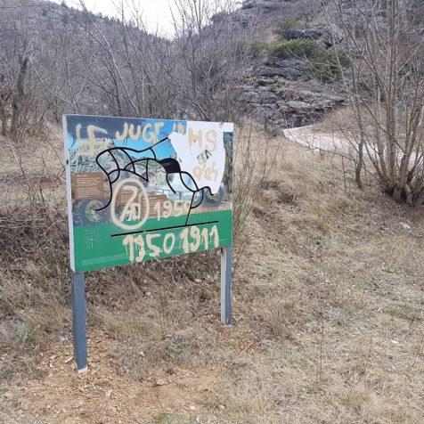 Foto vijest: Išarane informativne ploče na Krčićugall-1
