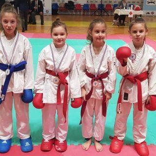 Pet medalja Karate kluba Knin na Kupu Jadranagall-0