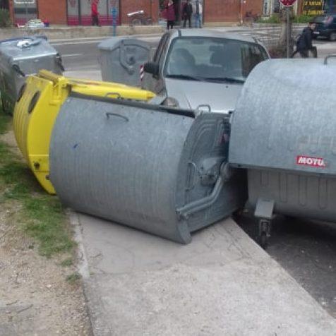 Foto: Automobilom se zabio u kontejnergall-0