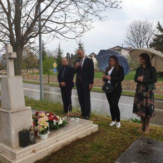 Gradski čelnici položili cvijeće i zapalili svijeću na grobu prvog kninskog gradonačelnikagall-0