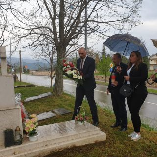 Gradski čelnici položili cvijeće i zapalili svijeću na grobu prvog kninskog gradonačelnikagall-1
