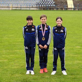 Tri medalje TK DIV Knin u Otočcu: Petra Lea Jelić i Ana Marija Mikulić srebrne, Mate Teskera brončanigall-2