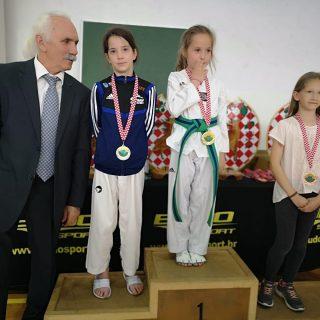 Tri medalje TK DIV Knin u Otočcu: Petra Lea Jelić i Ana Marija Mikulić srebrne, Mate Teskera brončanigall-4