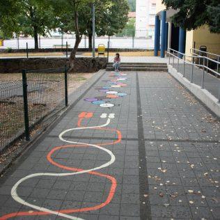 Na inicijativu Grada umjetnica Amanda Tica oslikala motoričke staze ispred školagall-1