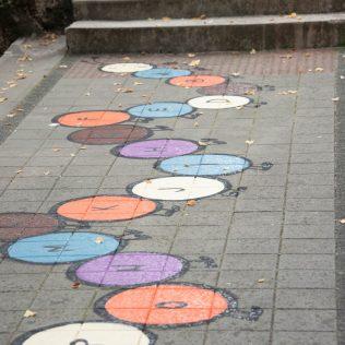 Na inicijativu Grada umjetnica Amanda Tica oslikala motoričke staze ispred školagall-0