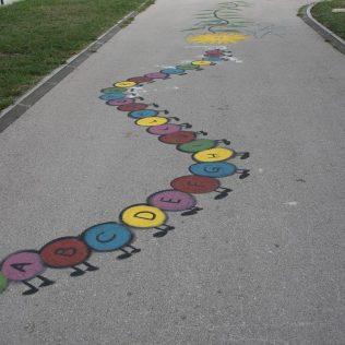 Na inicijativu Grada umjetnica Amanda Tica oslikala motoričke staze ispred školagall-5