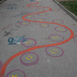 Na inicijativu Grada umjetnica Amanda Tica oslikala motoričke staze ispred školagall-6