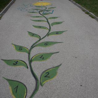 Na inicijativu Grada umjetnica Amanda Tica oslikala motoričke staze ispred školagall-7
