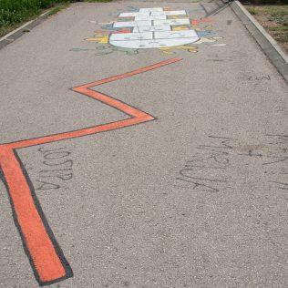 Na inicijativu Grada umjetnica Amanda Tica oslikala motoričke staze ispred školagall-9