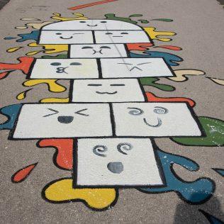 Na inicijativu Grada umjetnica Amanda Tica oslikala motoričke staze ispred školagall-10