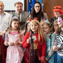 Foto: Maškare preuzele vlast: Novoizabrani gradonačelnik obećao čokoladnu kišu i bazengall-17