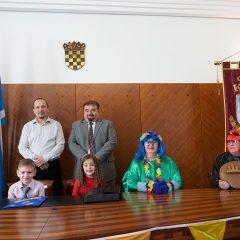 Foto: Maškare preuzele vlast: Novoizabrani gradonačelnik obećao čokoladnu kišu i bazengall-30