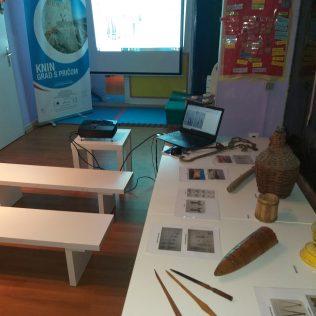 Mladi Kninjani na zanimljivim radionicama projekta 'Knin grad s pričom' učili o kulturnoj baštinigall-0