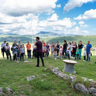 Projekt 'Knin grad s pričom': Djeca i mladi obišli Kninsku tvrđavu uz stručno vodstvogall-1