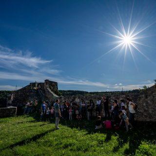 Projekt 'Knin grad s pričom': Djeca i mladi obišli Kninsku tvrđavu uz stručno vodstvogall-4