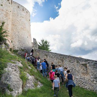 Projekt 'Knin grad s pričom': Djeca i mladi obišli Kninsku tvrđavu uz stručno vodstvogall-2