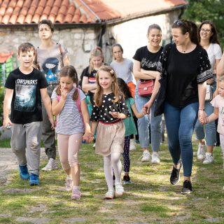 Projekt 'Knin grad s pričom': Djeca i mladi obišli Kninsku tvrđavu uz stručno vodstvogall-3